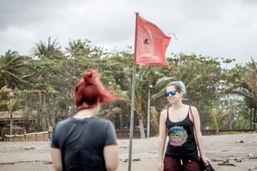 Vyvěšené červená vlajka