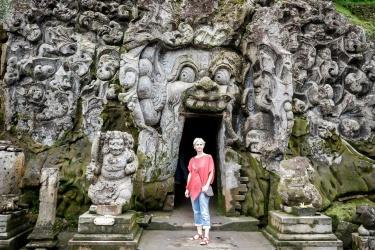Před jeskyní
