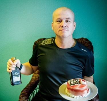 Mám narozeniny. Dostal jsem dort a flašku rumu