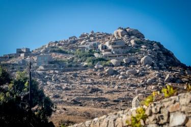 Vyvřelé kameny a mezi nimi domy