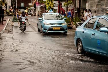 ...a voda teče ulicí
