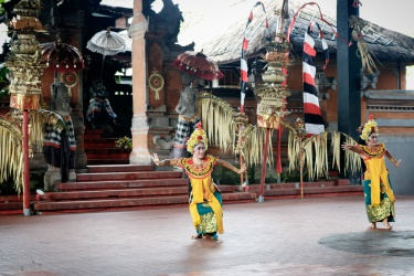 Místní tanečnice